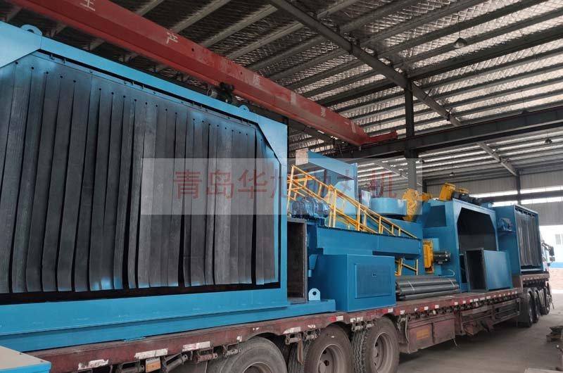 大型钢管外壁防腐除锈设备装车发货中